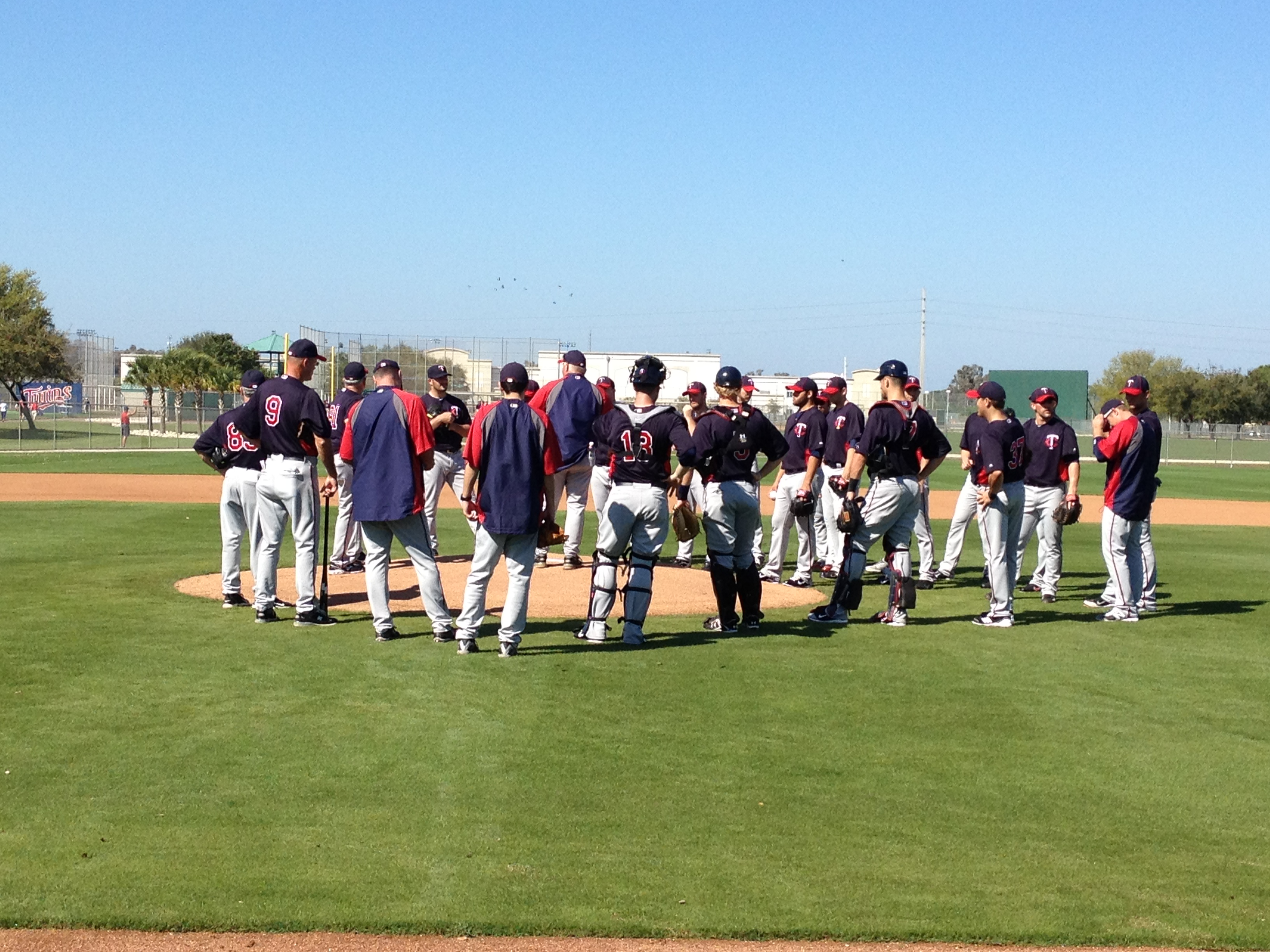 Gardenhire addressing pitchers and catchers